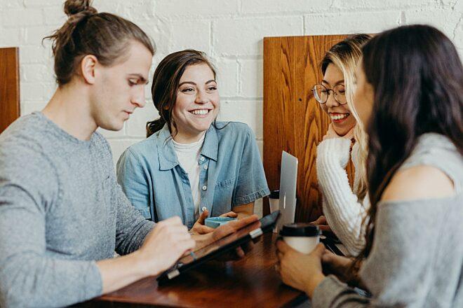 Drie vrouwen man lachen tablet