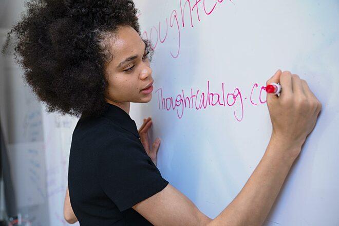 Vrouw schrijf op whiteboard